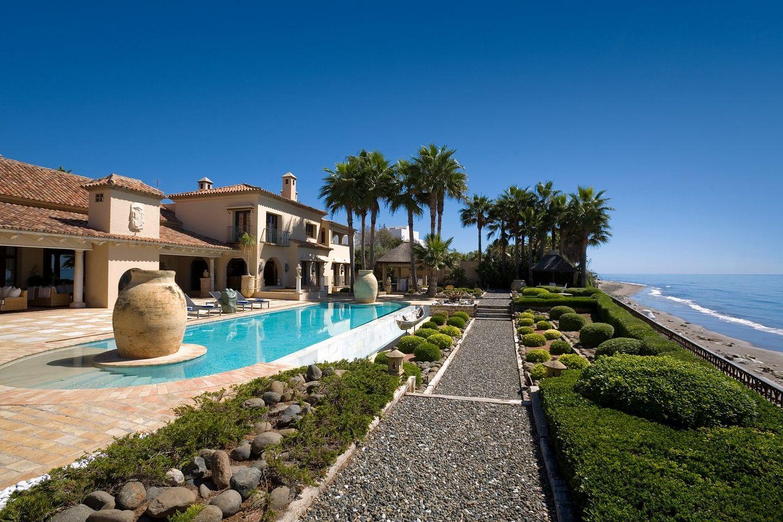 Fabulosa Villa en Primera Línea de Playa en Los Monteros