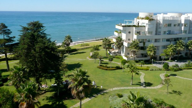 Beachfront Penthouse with Private Pool for rent in Estepona