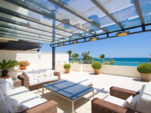 Luxurious duplex apartment in sought-after front line beach complex within Marbella's Golden Mile Price: 3.750.000€. Ref: DM1489-52