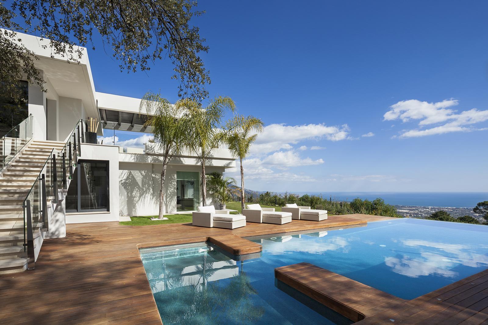Unique new villa in La Zagaleta Golf & Country Club, the most exclusive residential estate on the Coast. 950 m2 Built. 4.237 m2 Plot. Price: 7.750.000€. Ref: DM3200-01
