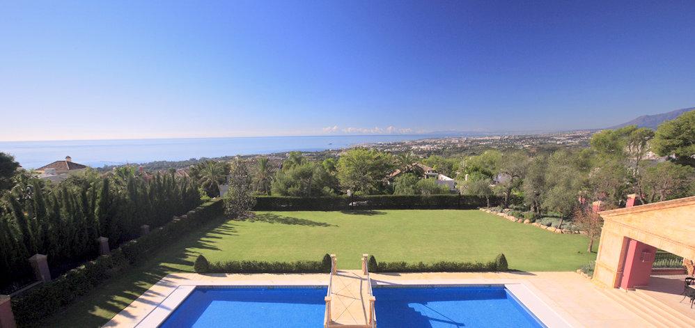 Piscina y vistas sobre Marbella