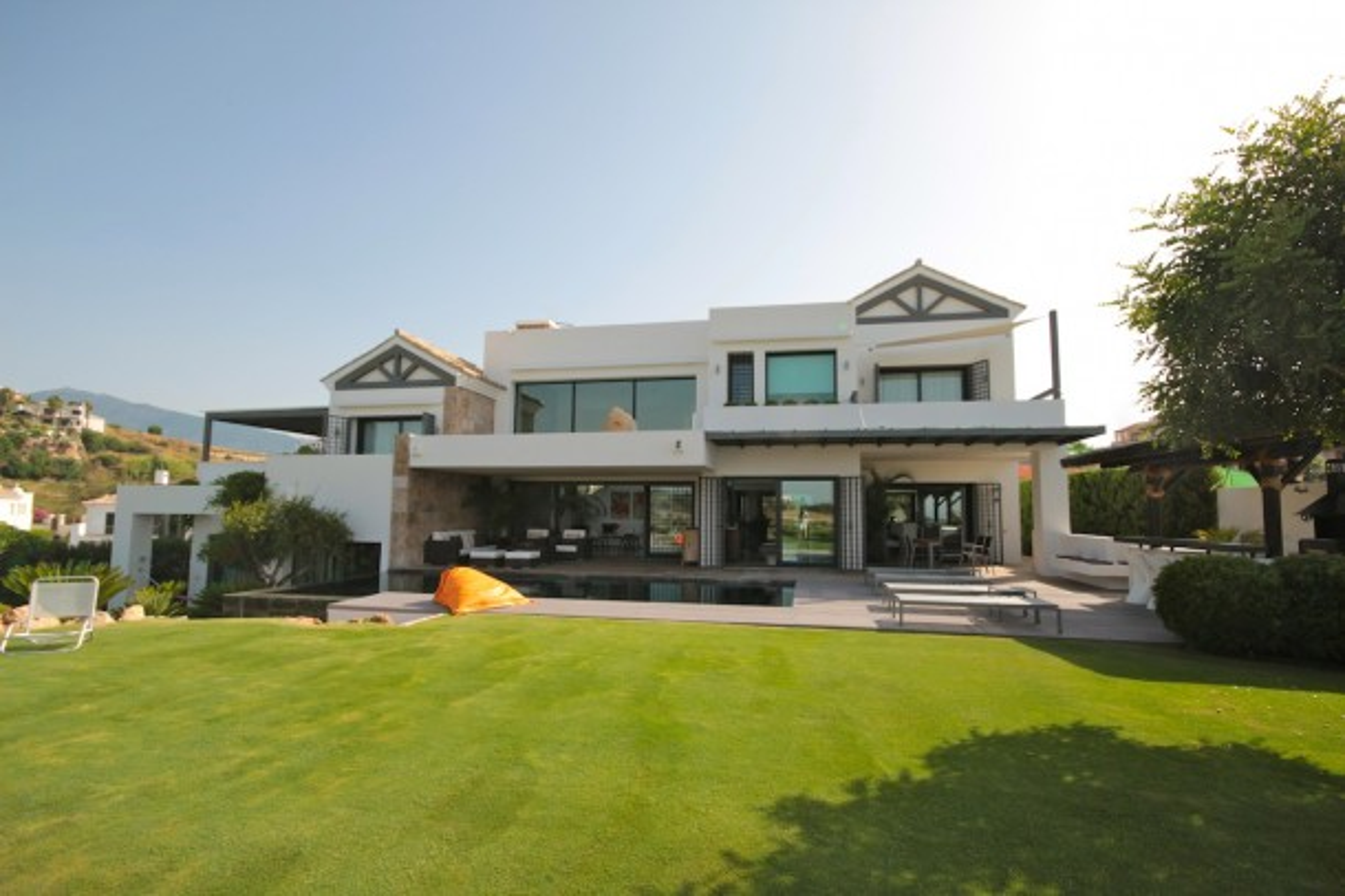 Villa Moderna en Primera Línea de Golf en Benahavis
