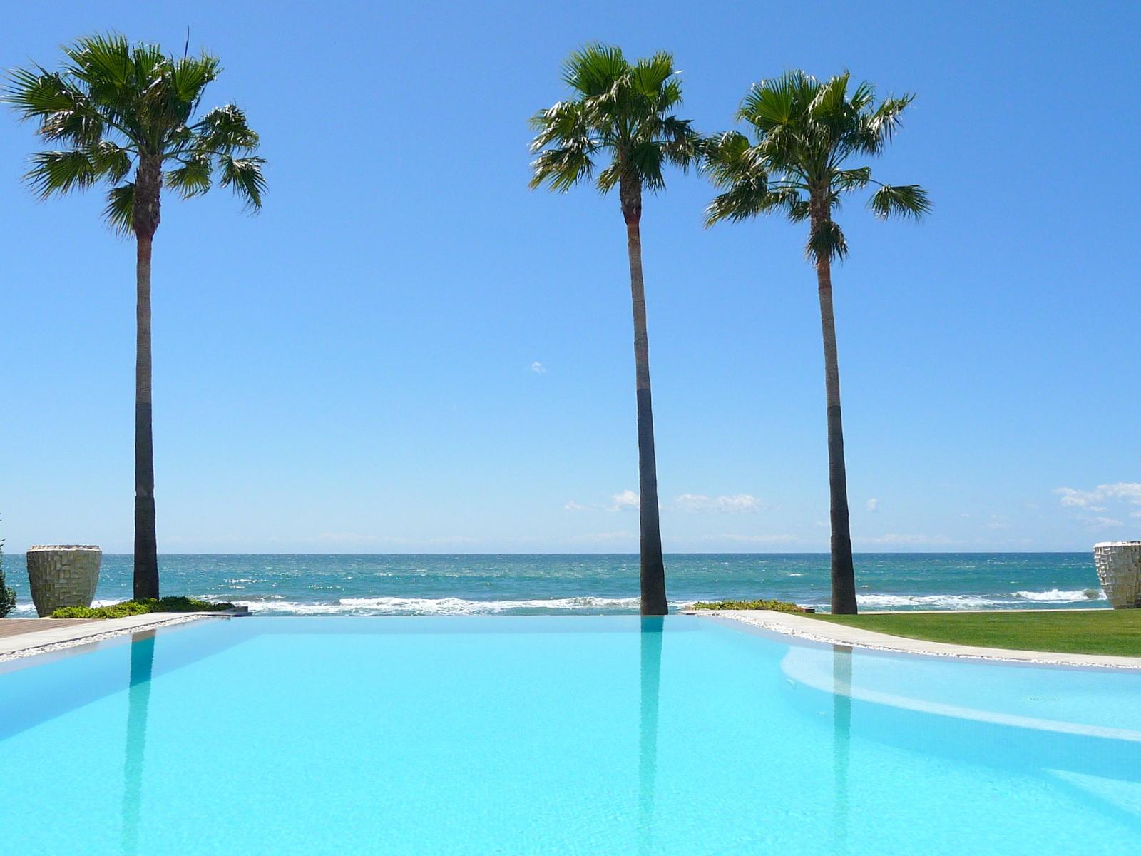 Vista a las playas de Marbella desde una piscina
