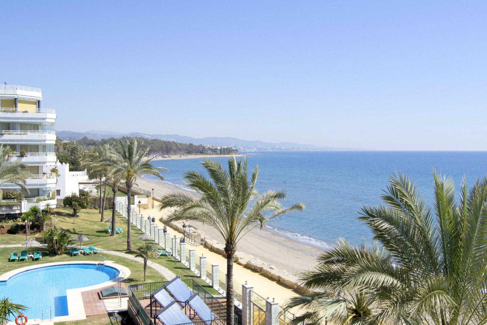Vistas excepcionales en primera linea de playa en Marbella Milla de Oro