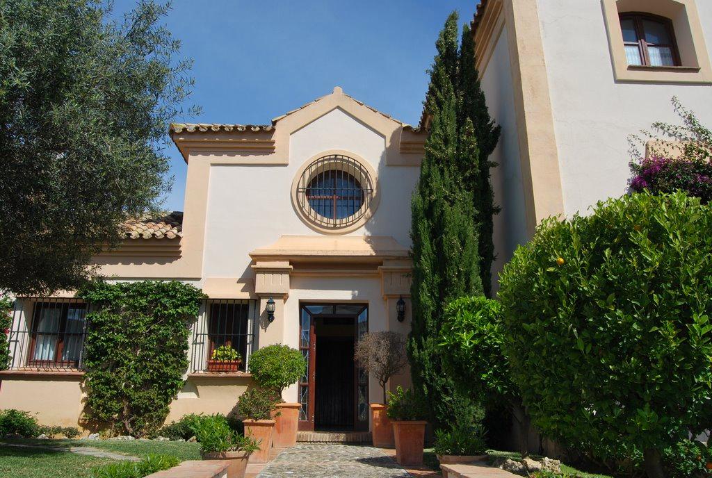 Preciosa villa en primera línea de golf en Guadalmina