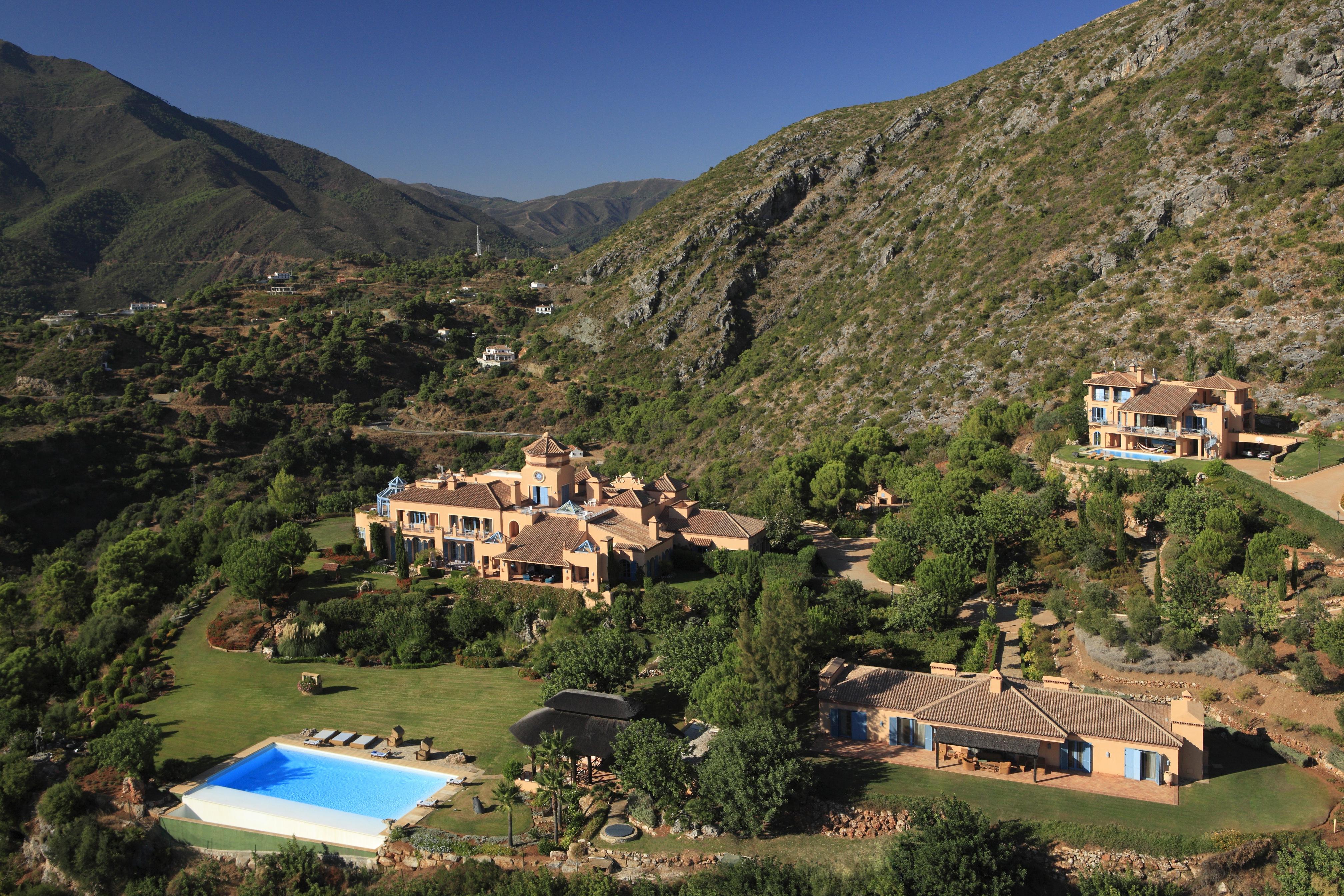 An estate between mountain and sea