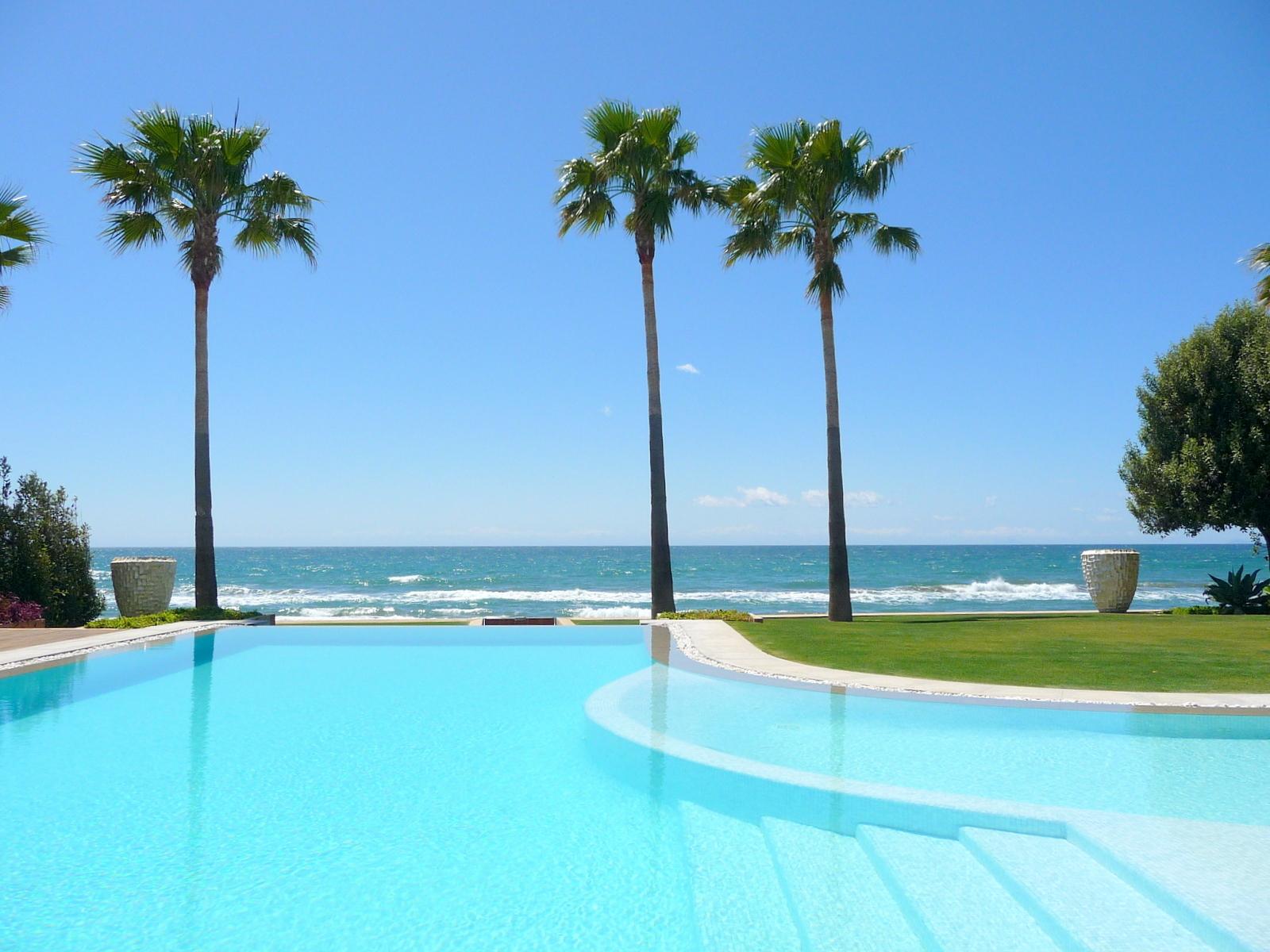 Propiedades en primera linea de playa a la venta en Marbella