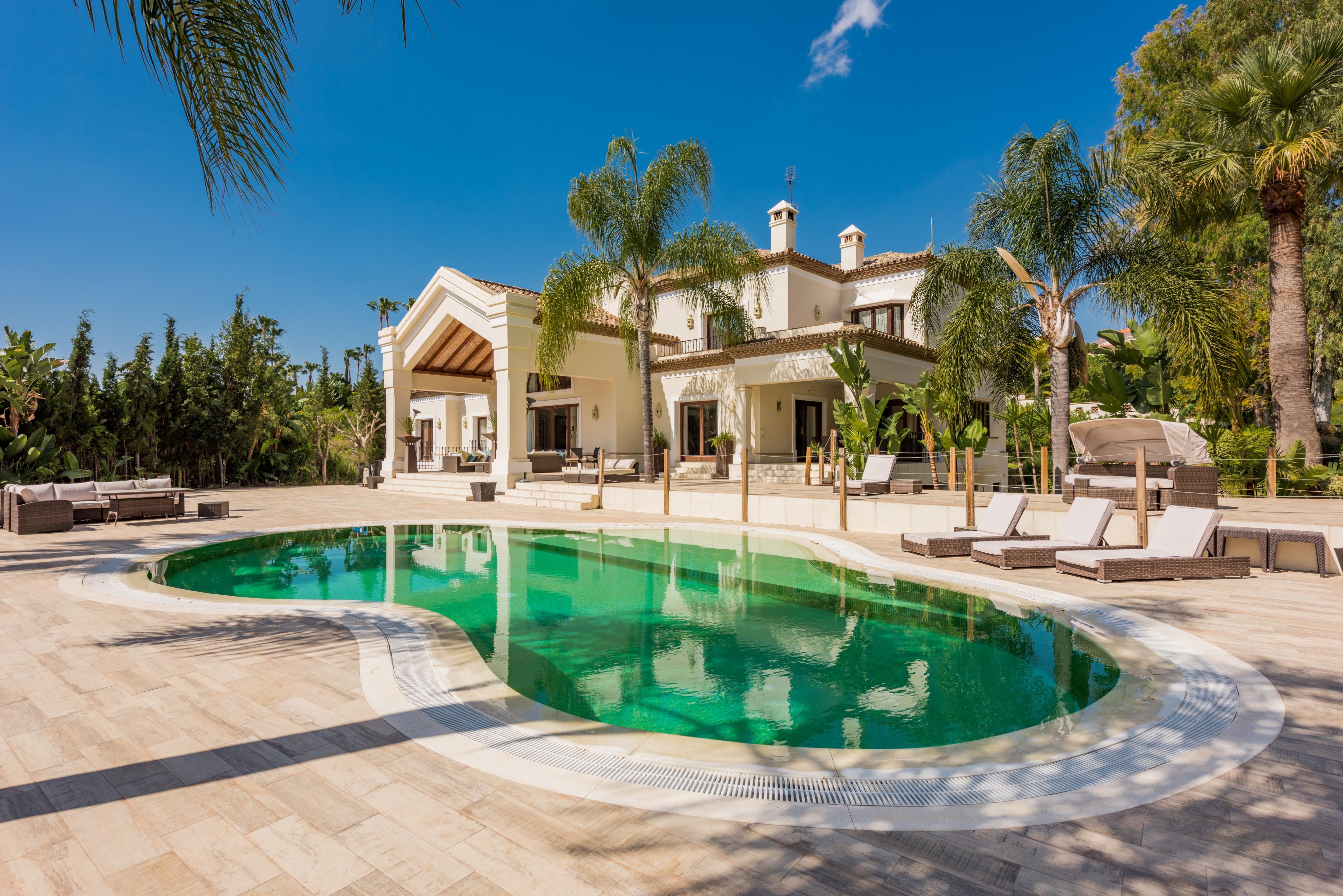 Elegant 6-Bedroom Frontline Golf Villa in La Cerquilla (Los Naranjos), Marbella
