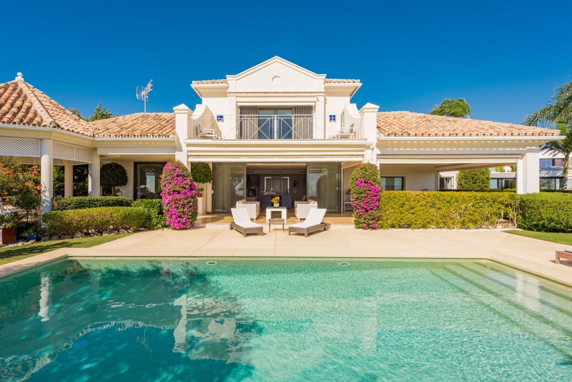 Our property of the week: Distinguished villa with panoramic views in El Herrojo Alto