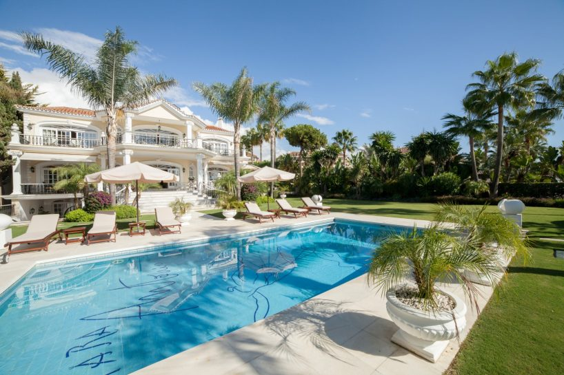 Sea views, luxury, and entertainment in imposing mansion in Puerto Banús