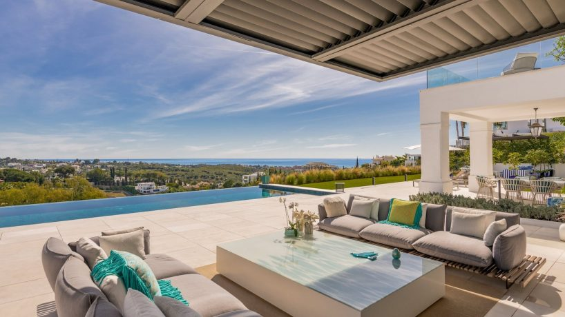 Villas and apartments with views in Marbella